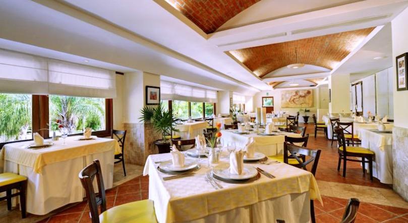 Прекрасно оформленный ресторан ждет гостей отеля Allegro Playacar на завтрак, обед и ужин.