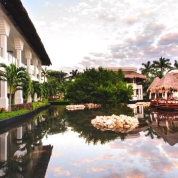 Территория между корпусами отеля Grand Riviera Princess оснащена множеством уютных беседок и чередой бассейнов.