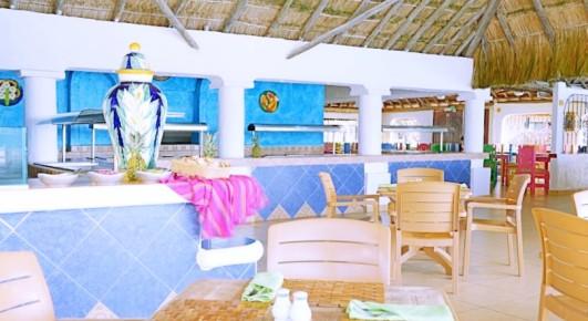 Между бассейнами расположился этнический ресторан отеля Allegro Playacar, в котором предусмотрено питание в виде «шведского стола».