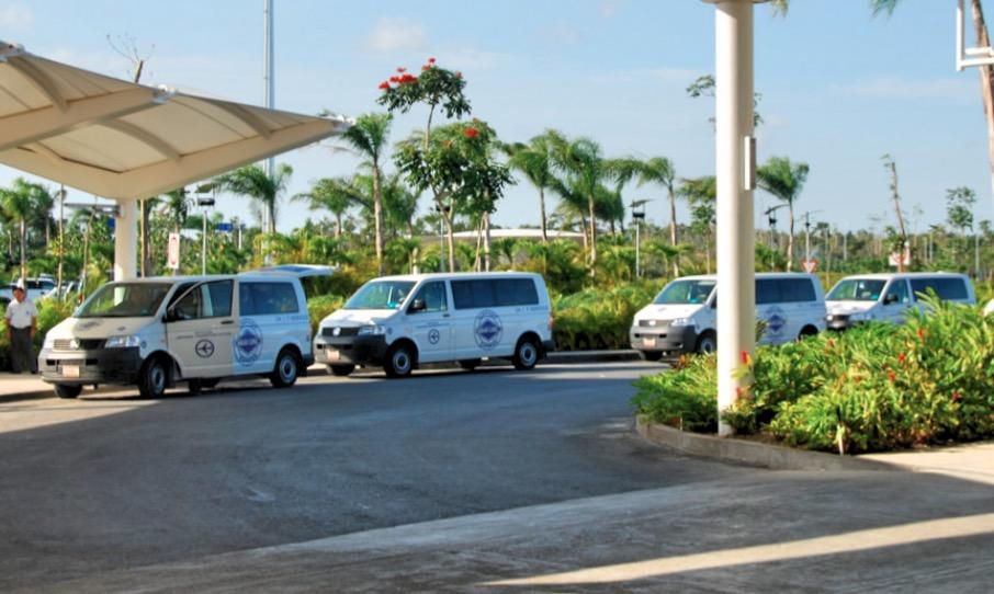 Встречающие микроавтобусы в аэропорту Канкуна