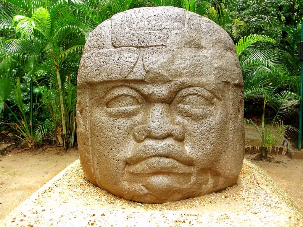 Огромная каменная голова сделана на подобии предвадителей Ольмеков в археологическом парке Ла Вента, Табаско