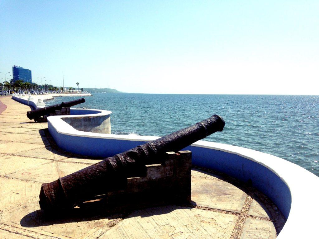 Пушки колониальных времен на набережной мексиканского залива города Кампече