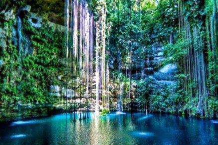 Окутанный манграми и лианами водный колодец - сенот Ик-Киль, Чичен-Ица, Мексика