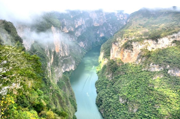 Извивающаяся река Грихальва между отвесными скалами каньона Сумидеро, штат Чиапас