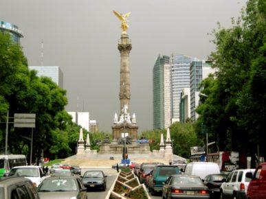 Улиц а реформа полна памятников революций прошлых столетий. Один из них - ангел независимости