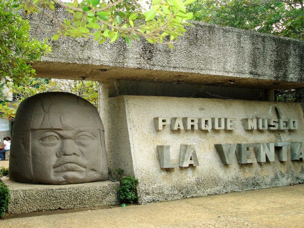 Головы ольмеков у входа в Музей Ла Вента