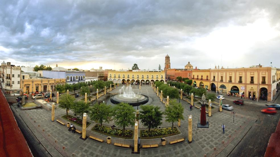 Удивительная колониальная архитектура главной площади города Сантьяго де Керетаро, Мексика