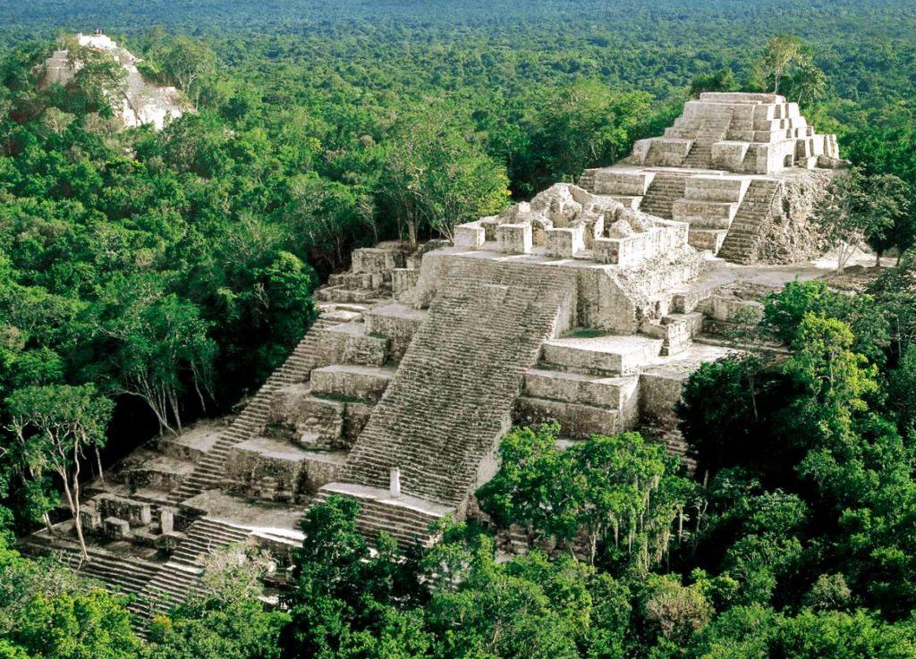 Главная смежная пирамида древнего города Калакмуль, Мексика