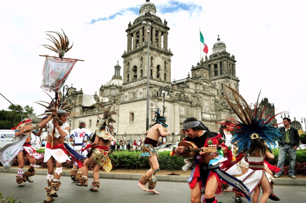 Индейские пляски на Площади Конституции она же Плаза Сокало, Мехико Сити