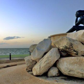 Задумавшаяся девушка на набережной мексиканского залива. Легенды Кампече