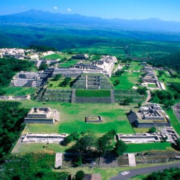 Уникальный город Шочикалько, построенный на выровненной поверхности вершины горы. Мексика
