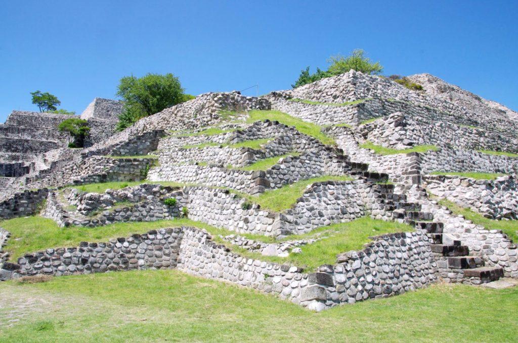 Руины пирамид Шочикалько поддавшиеся времени и поглощенные природой.
