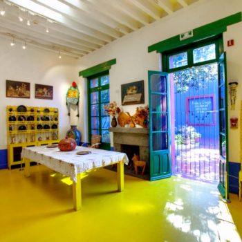 Яркий дом Фриды Кало в части кухни и столовой