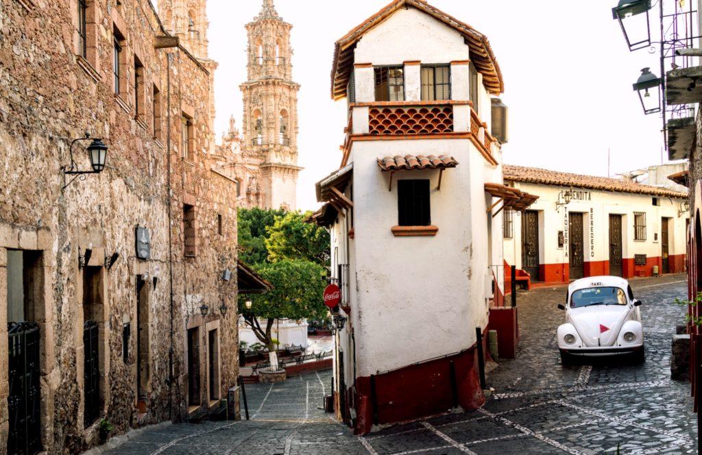 Город Таско отличается своими узкими улочками и небольшими автомобилями Боча
