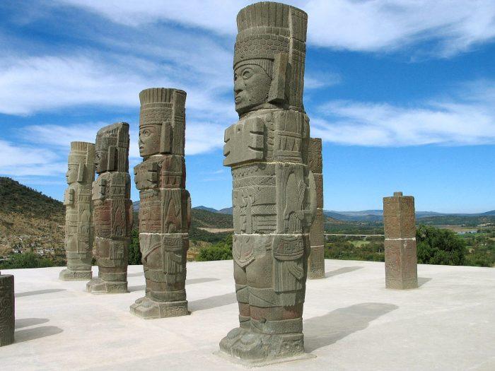 Колонны воинов Тольтеков на руинах горда Тула, Мексика