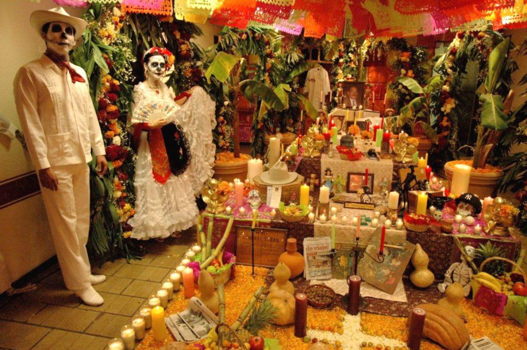 Возведенный алтарь умершим родственникам, праздник День Мертвых, Мексика