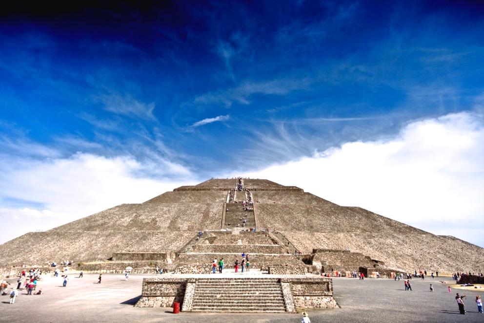 Пирамида Солнца, поднявшись наверх невозможно не ощутить магическиу силу этого места, город Теотиуакан, Мексика