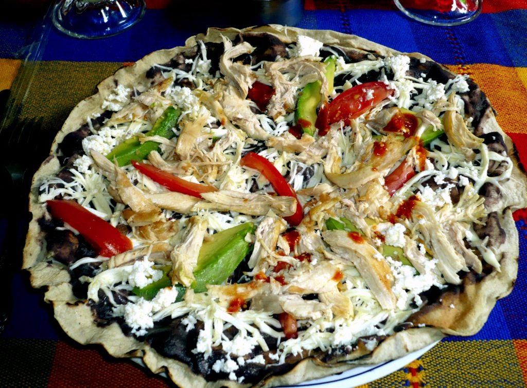 Тлайудас - мексиканское блюдо с мясом, сыром и овощами на маисовой хрустящей лепешке, Мексика