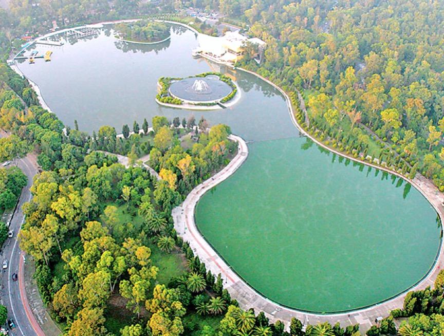 Парк Чапультепек это целый небольшой город с озерами, музеями и даже замком Чапультепек, город Мехико