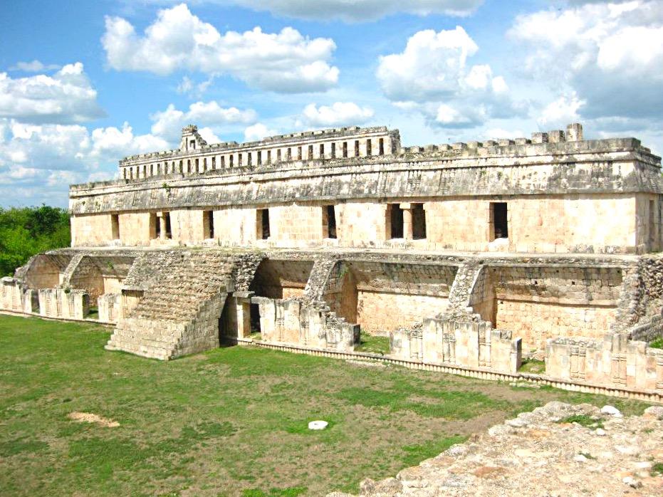 Руины Дворца Правителя дреанего города индейцев майя Кабах, штат Юкатан