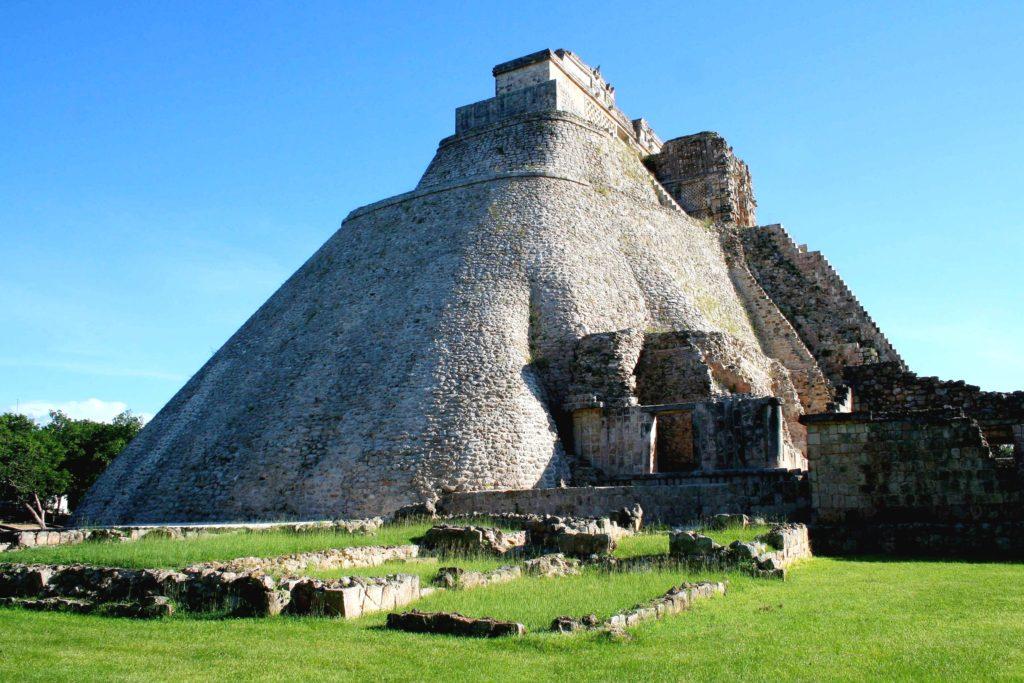 Та самая Пирамида Волшебника, по легенде она также называется Дом Карлика. Ушмаль, Юкатан