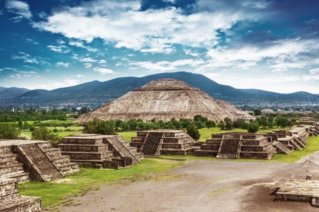 Шикарный вид открывается с пирамиды Луны на самую высокую пирамиду Солнца, на вершину которой можно подняться и зарядиться солнечной энергией, Теотиуакан, Мексика