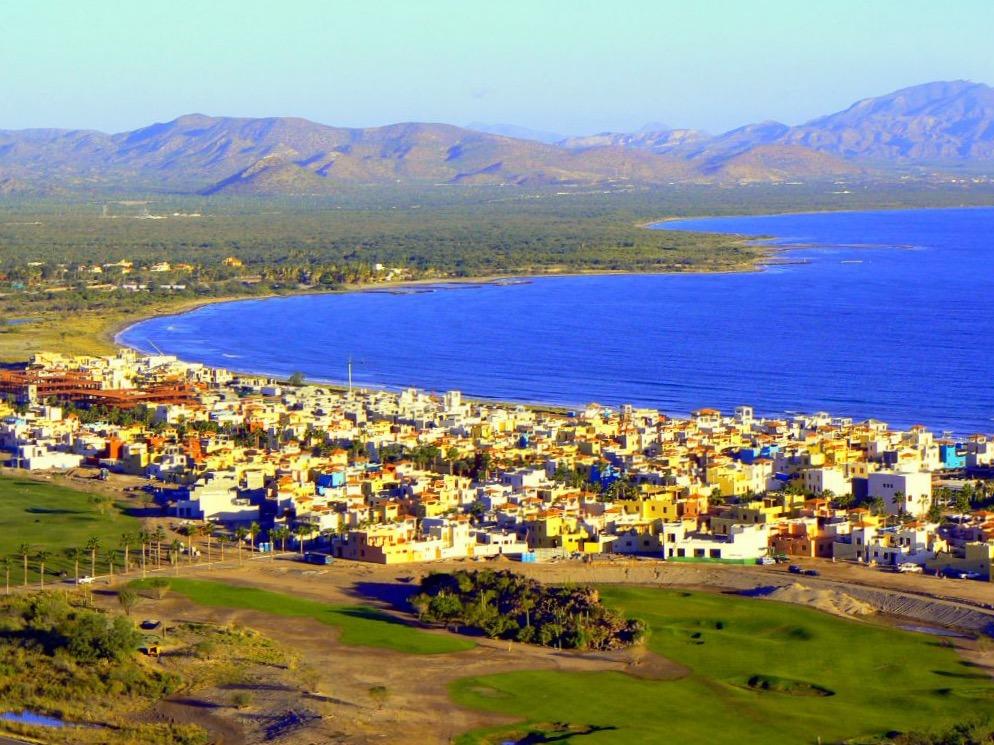 Небольшой городок Лорето посреди гор и Калифорнийского залива, Мексика