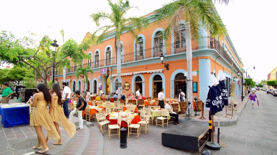 Приятные кафешки с национальной мексиканской кухней в самом центре Масатлана, Мексика