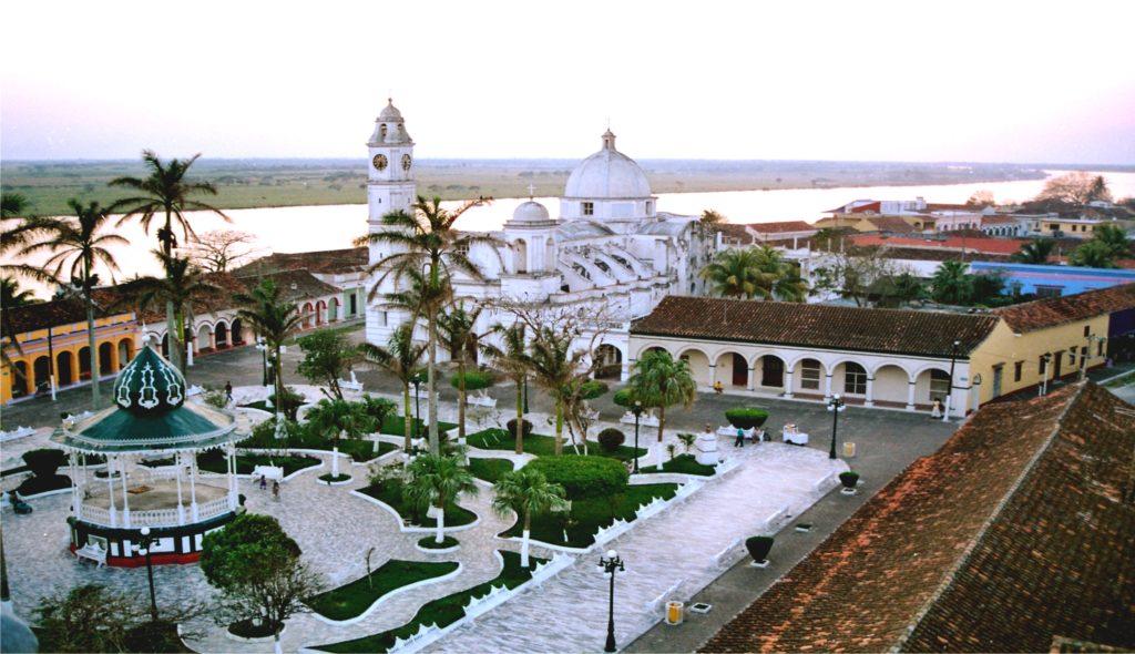 Центральная площадь Пласа Сарагоса и главный Кафедраль Нуестра Сеньора де ла Канделярия, Тлакоталпан, Мексика