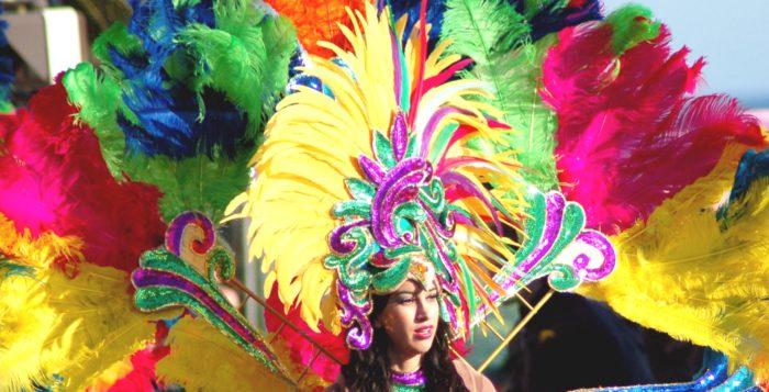 Девушка в перьях на карнавале в Мексике