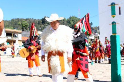 Празднование религиозного праздника в деревне Сан Хуан Чамула, мужчины в национальной индейской одежде, Мексика