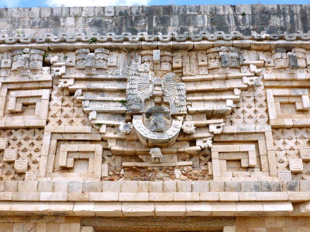 Архитектурный стиль Пуук на фасадах пирамид Ушмаль, Юкатан