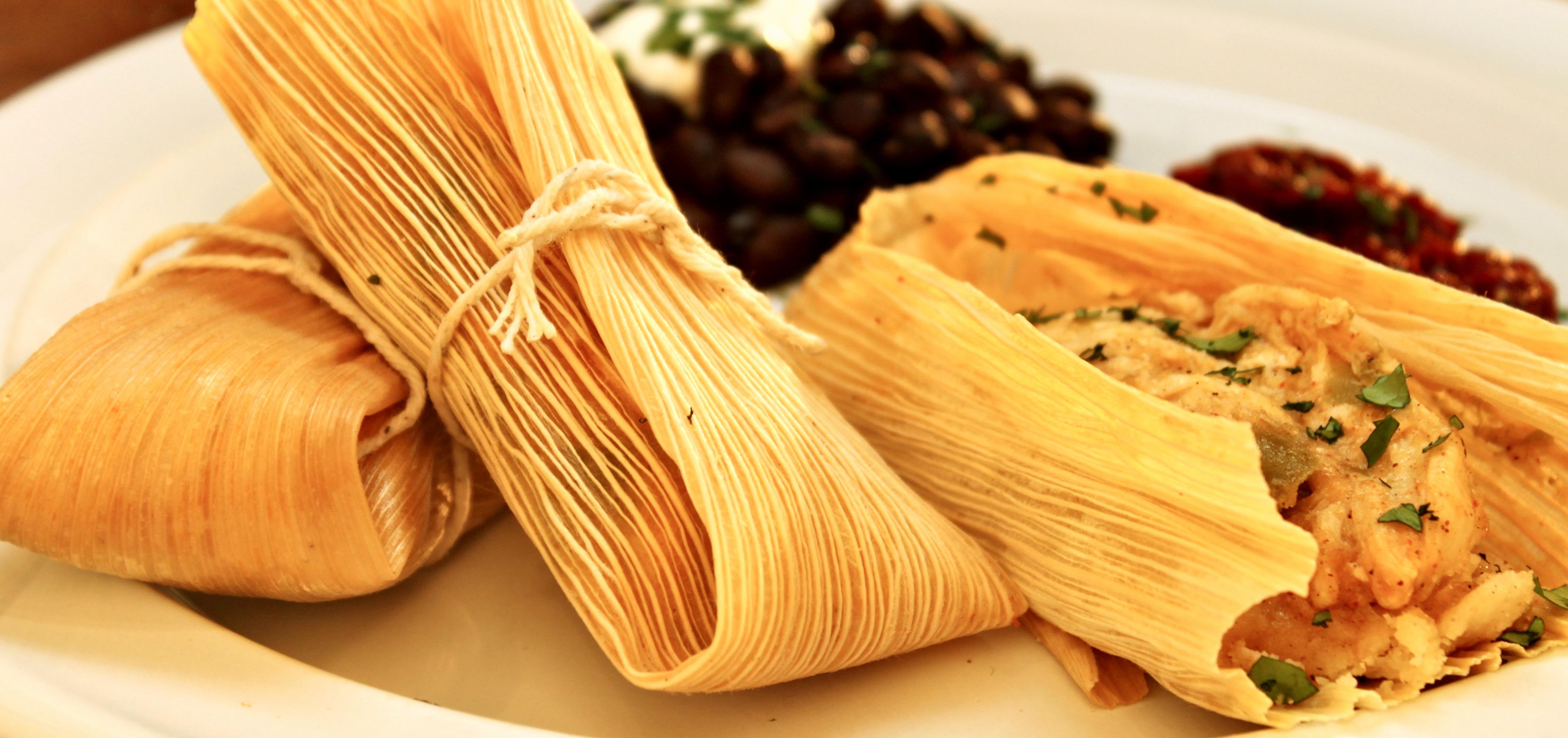 Тамалес в маисовых листьях, самое распространенное мексиканское блюдо