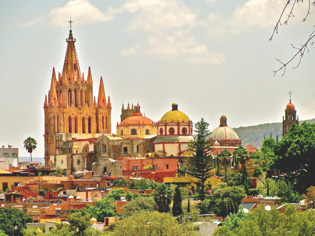 Панорама исторического центра Сан Мигель де Альенде и приходского храма Святого Архангела Михаила, Мексика