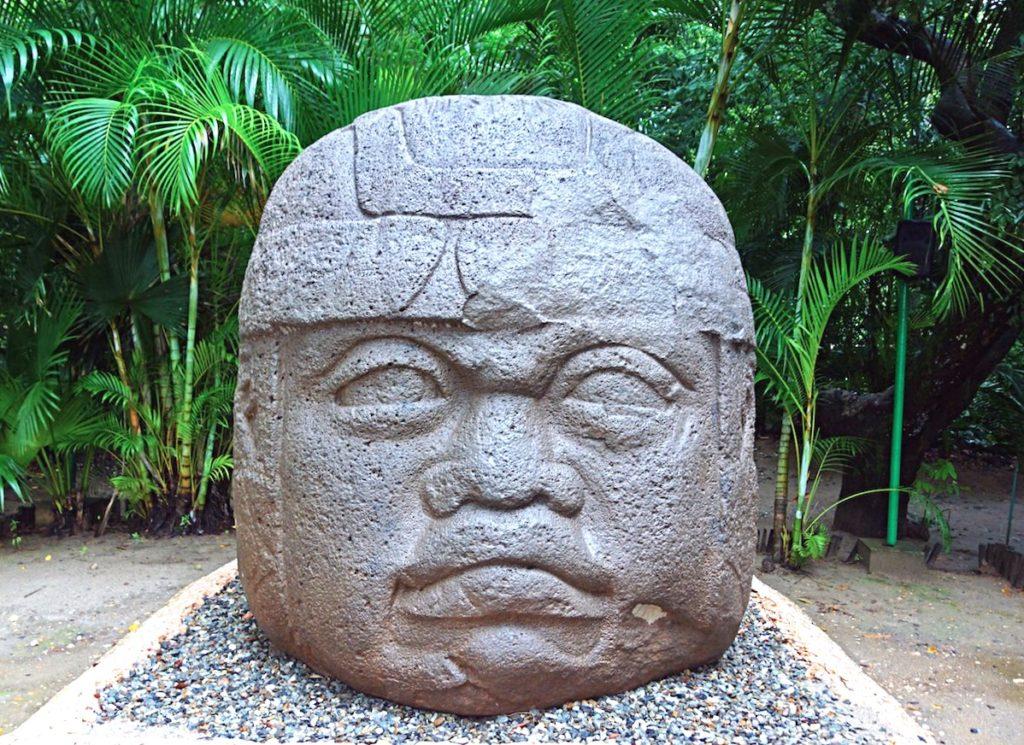 Базальтовая голова ольмекской культуры в музее Ла Вента, штат Табаско