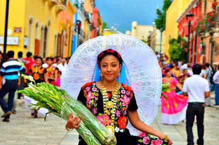 Мексиканка в национальном костюме в городе Теуантепек, Оахака