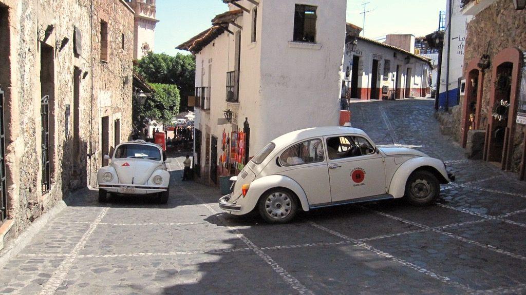 Узкие улочки Таско не рассчитаны для больших автомобилей