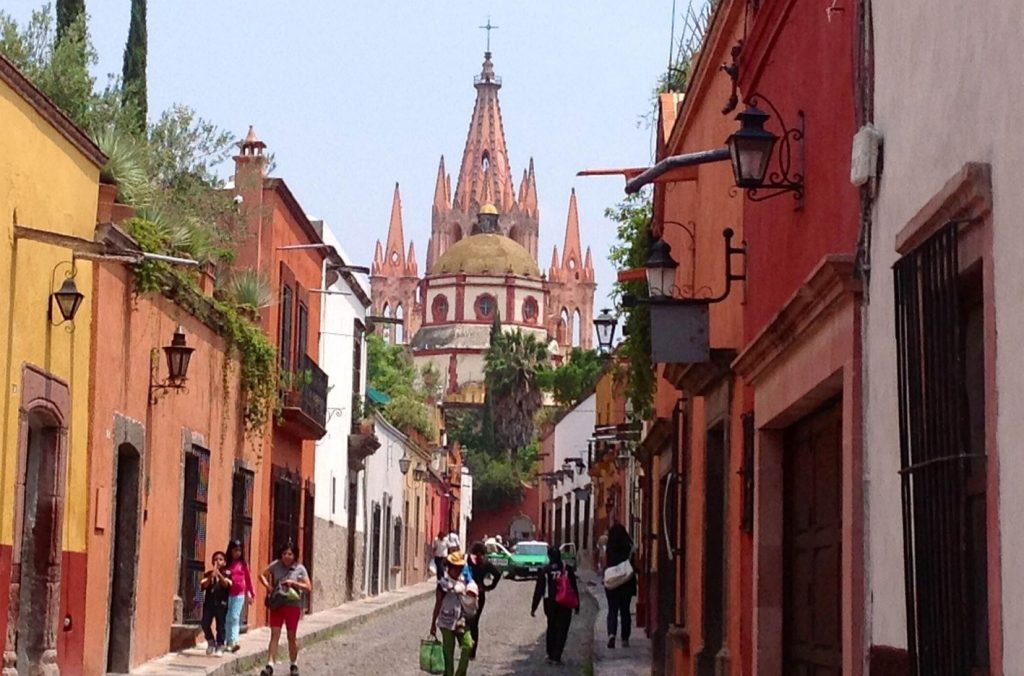 Узкие улицы теплого цвета охры города Сан-Мигель-де-Альенде
