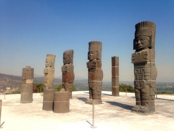 Каменные изваяния воинов племени тольтеков, город Тула