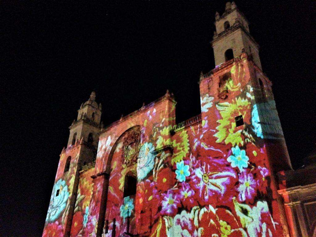 Вечернее световое шоу на главной площади Мериды