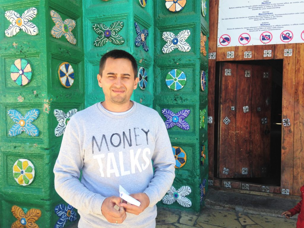 Арсен у  входа в индейский храм в деревне Сан Хуан Чамула