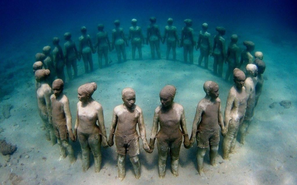 Музей включает более 450 скульптур, расположенных на глубине 10 метров.