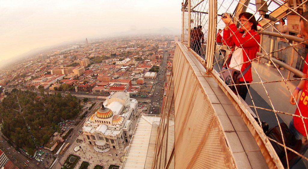 Мехико. На небоскребе «Торре Латиноамерикана», 44 этаж.