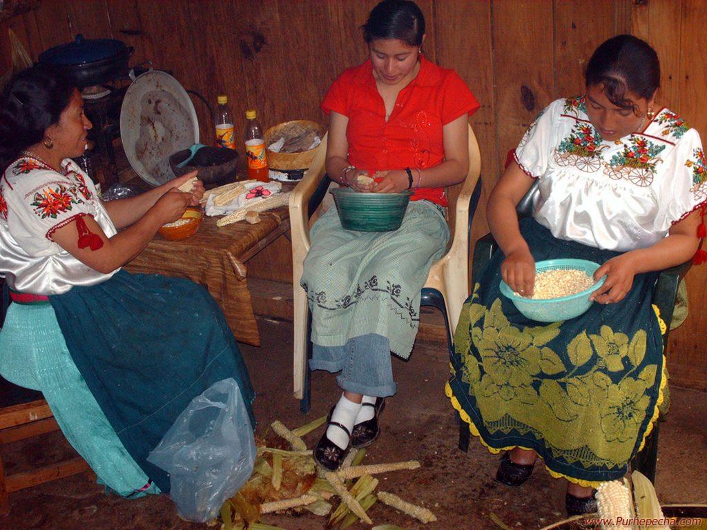 Приготовление традиционного напитка из кукурузы, штат Чьяпас, Мексика.