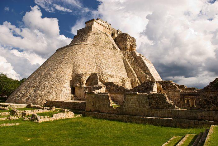 Три легенды о пирамидах майя