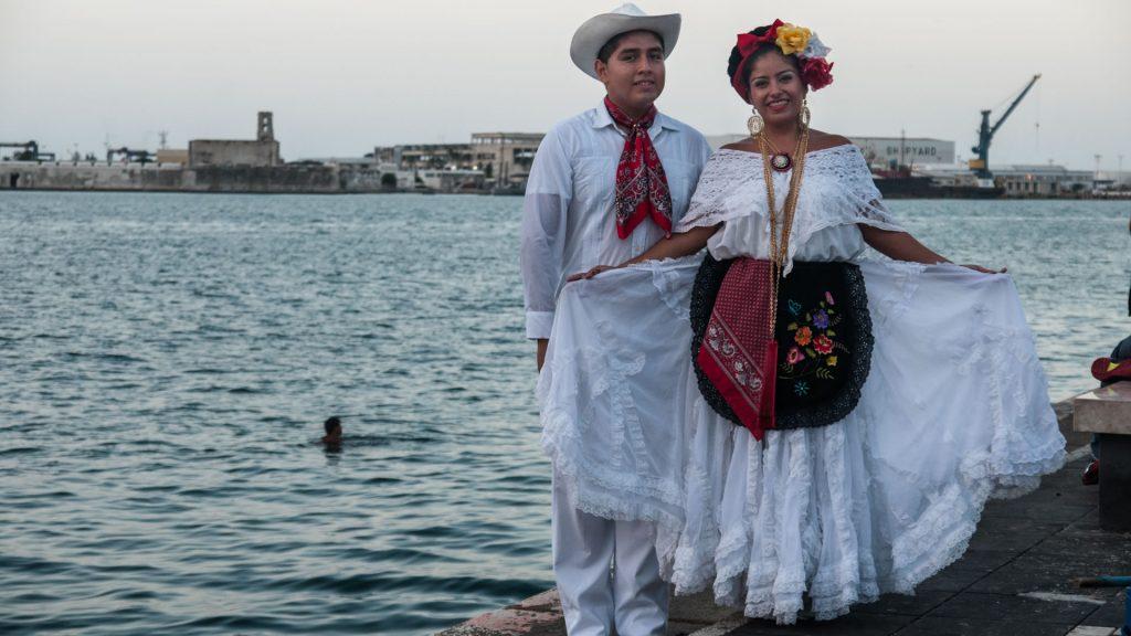 Типичное женское платье имеет андалусское влияние и отличается обилием кружев и оборок